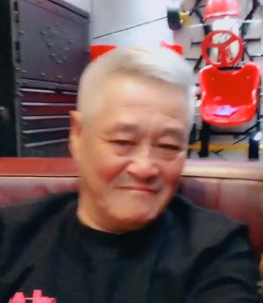 """61岁赵本山近照,头发花白眼袋超大,变身""""光头强""""气场如大佬!"""