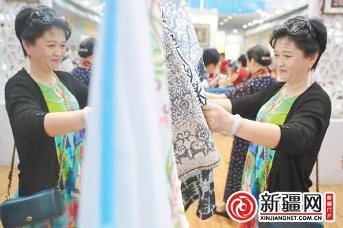 第十五届中国(深圳)文博会首个公众开放日 乌鲁木齐展馆手工艺品受青睐