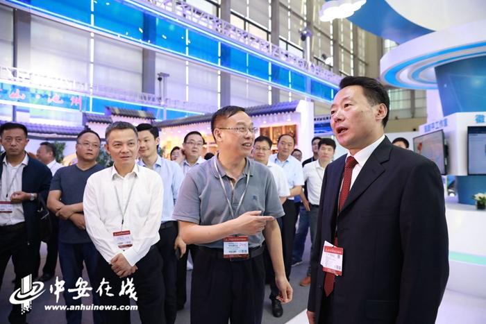 虞爱华参观安徽新媒体集团展区 并现场5G连线安徽云平台指挥调度中心