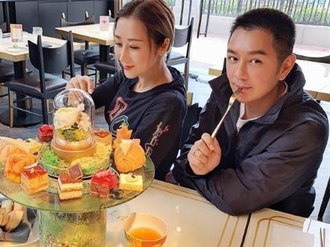 蒋丽莎与陈浩民甜蜜享受二人世界,她一手七个金戒指豪气十足