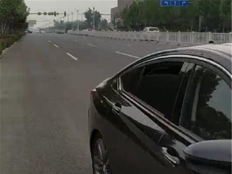 红旗H5婚车队现山东街头,车价16万,车身两侧还插旗