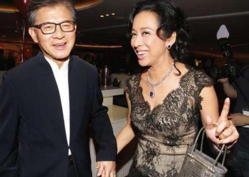 霍震霆对朱玲玲一见倾心,苦恋31年才娶到手,平分23亿资产