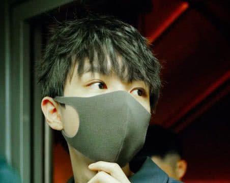在机场如何吸引王俊凯的注意?粉丝喊6个字,看到凯凯反应我酸了