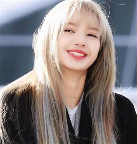 Lisa一直以来都有刘海,掀起刘海的那刻,全网傻眼!
