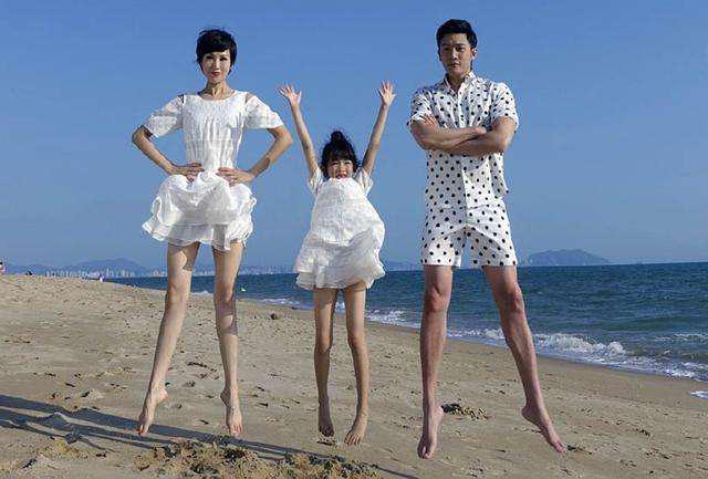 陆毅晒全家靓照,当看到贝儿的大长腿时,网友:基因真强大