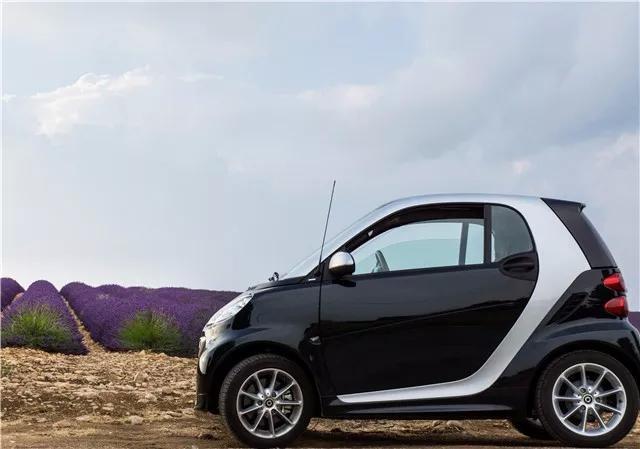 公认的伪豪车,轴距仅1.87米,配0.9T三缸发动机,售价高达21万