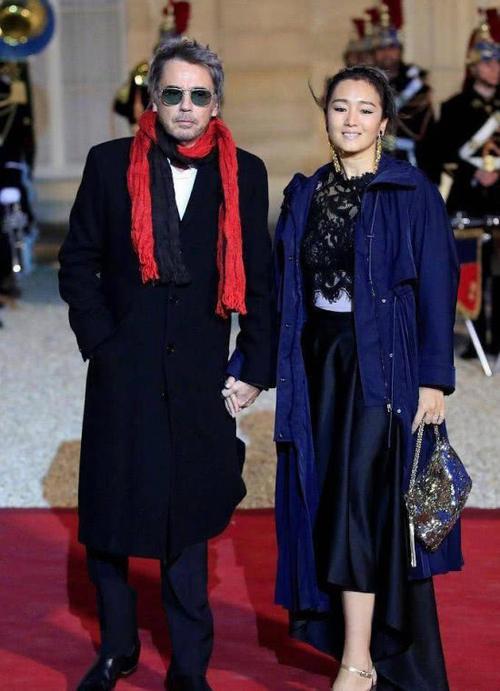 巩俐出席晚宴左手佩戴戒指,再嫁71 岁外国人,引起网友热议
