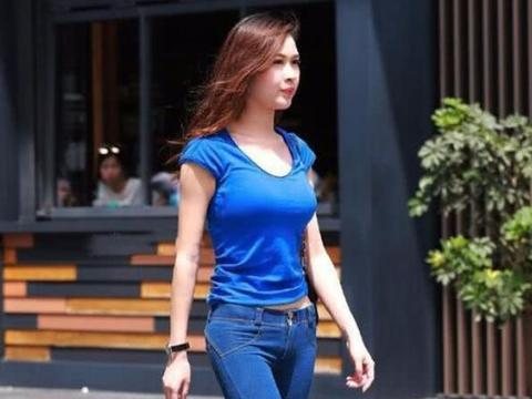 街拍:小姐姐蓝色紧身衣搭配蓝色牛仔裤,凸显迷人身姿