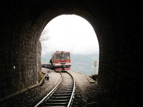 云南有条跨国米轨铁路,修建在悬崖峡谷上,特制小火车才能行驶