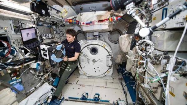 NASA分享机器人助手Bumble在国际空间站上的照片