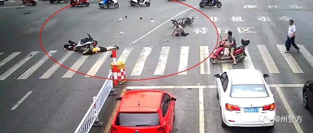 柳州17岁男孩驾驶电车闯红灯引发事故 现场碎片满地