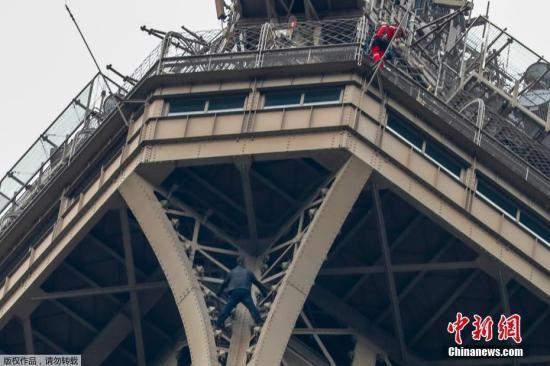 一男子徒手攀爬埃菲尔铁塔 与警方僵持6小时后被捕