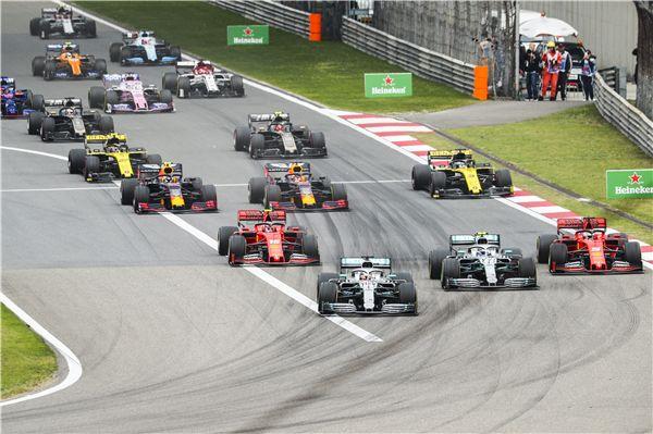 """""""F1新车王""""刘易斯·汉密尔顿立的逆袭人生,他告诉我们什么叫永不放弃!"""