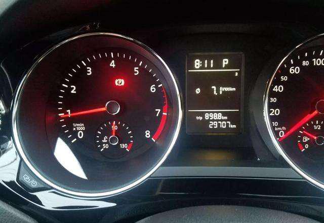 手动挡换挡时,到底看转速还是时速?很多新手司机不知,难怪费油