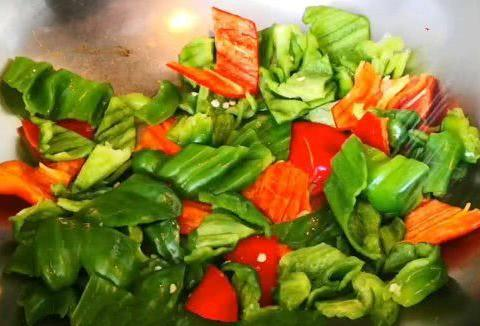 青椒烧鸡,简单又下饭,香辣咸鲜,比小鸡炖蘑菇还好吃