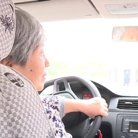 67岁奶奶苦练车技考驾照 只想为老伴儿做一件事