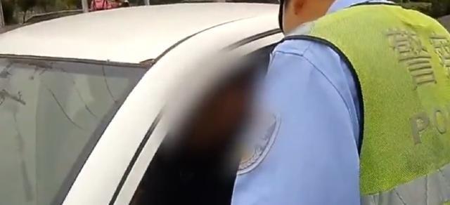 这位司机牛!违法记录用纸近3米才打印完,17本驾照不够扣