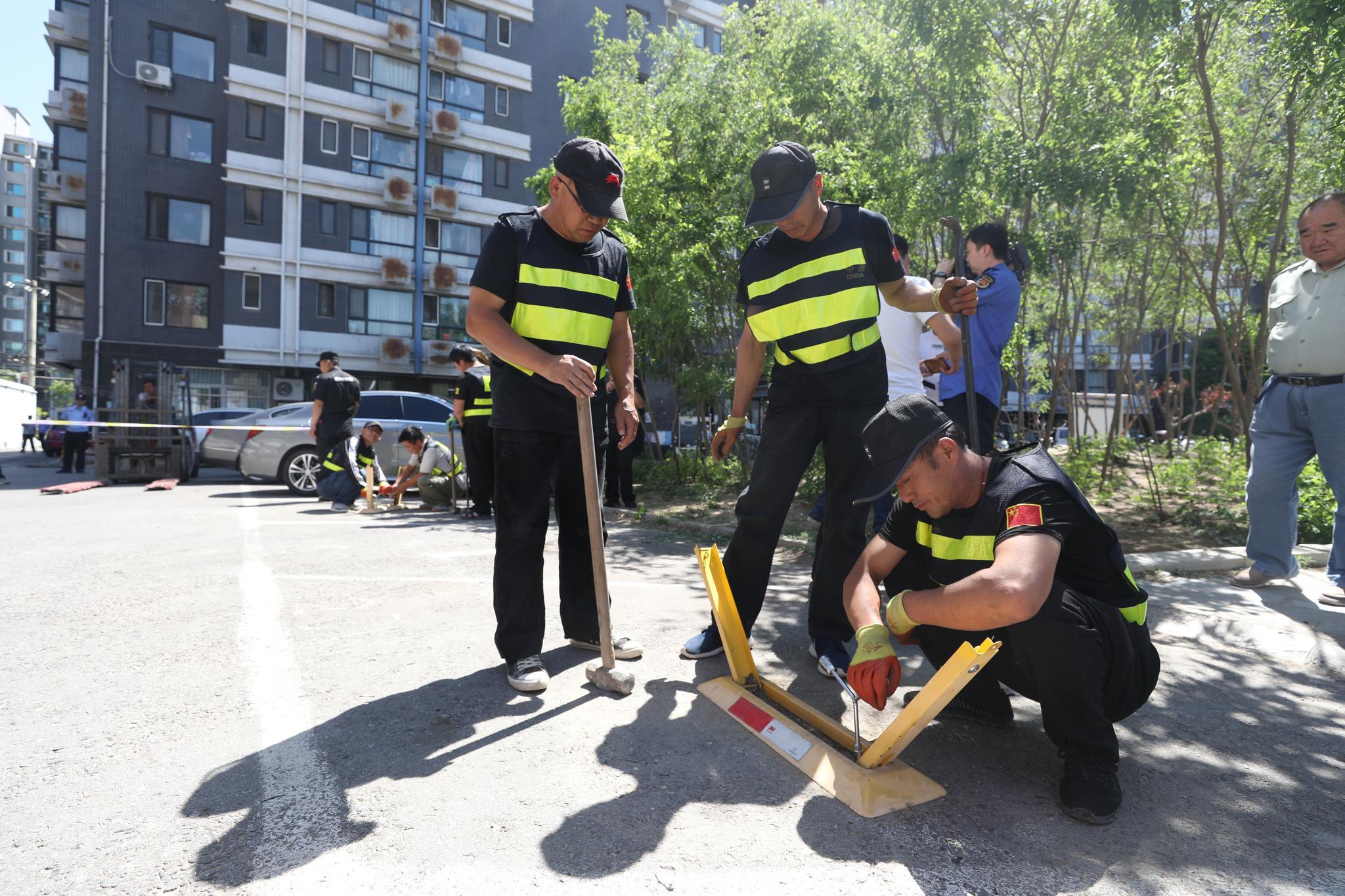 """""""占车位""""行不通了 北京首次集中整治私装地锁"""