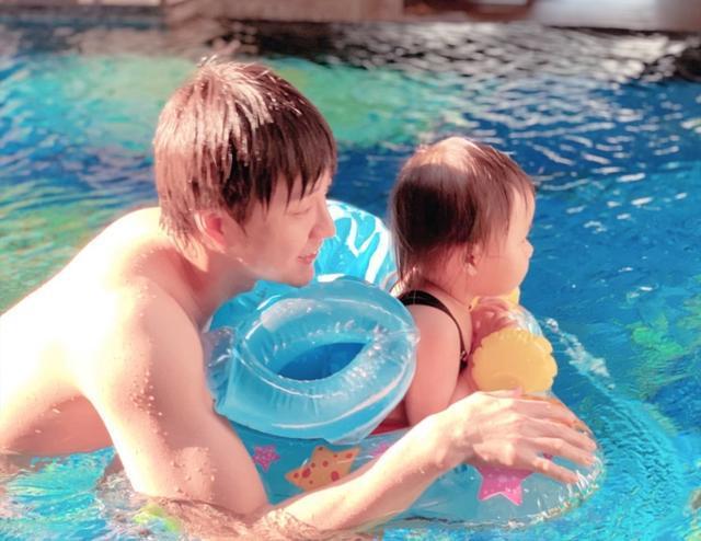江宏杰陪女儿爱拉酱游泳,父女同框笑得合不拢嘴