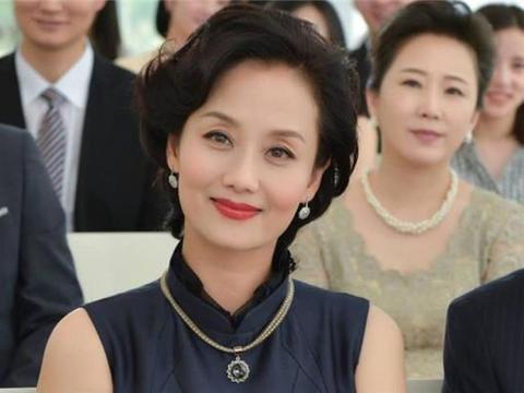 """张翰51岁""""母亲""""照片曝光,身材性感气质优雅,颜值不输当红女星"""