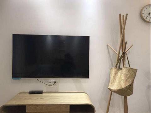电视机摆放在柜子上还是挂墙上好?聪明人都这样做,实用又好看