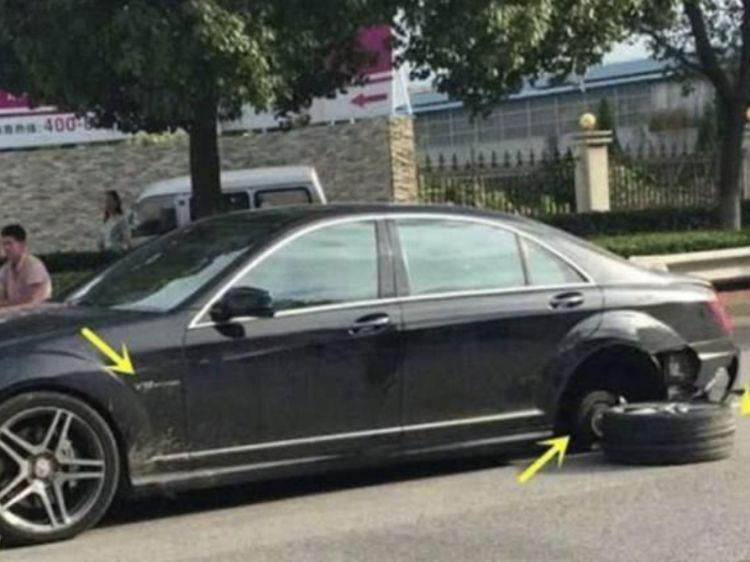 300万的奔驰在路上行驶,轮胎却掉了,车主:还好意思叫豪车?