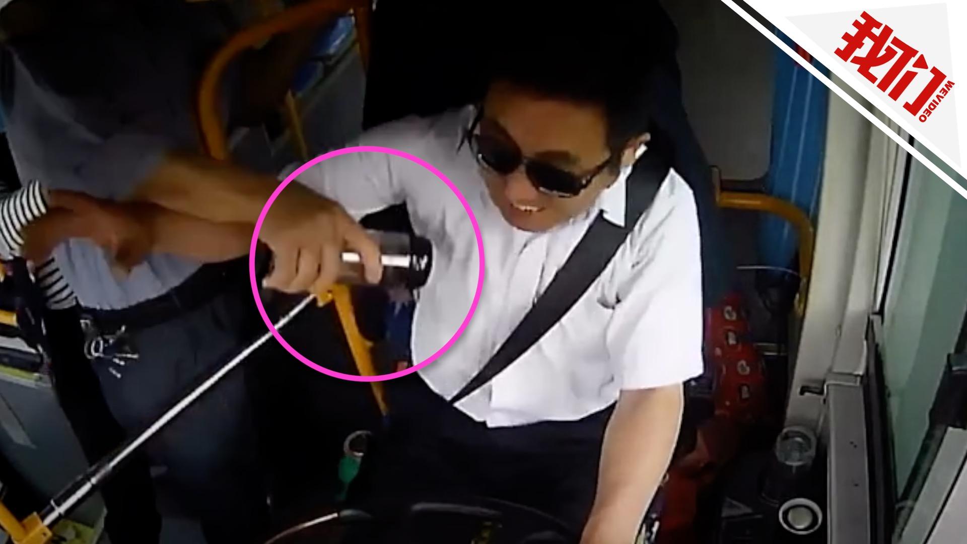 公交拐弯变道时司机突遭暴怒男水杯猛砸  警方:已刑拘