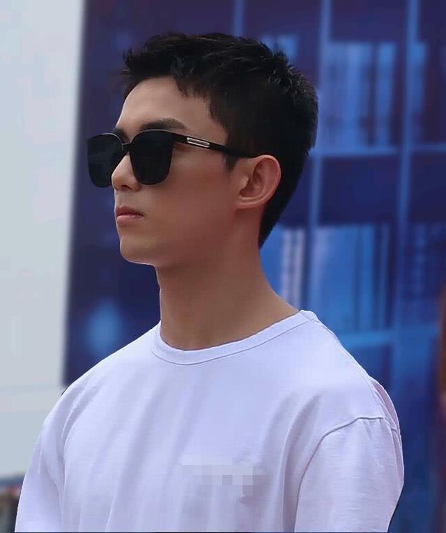 吴磊剪寸头男子气概爆棚,出道13年阳光帅气,气质清爽又养眼
