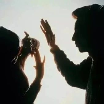 家庭暴力受害者需要更坚实的后盾