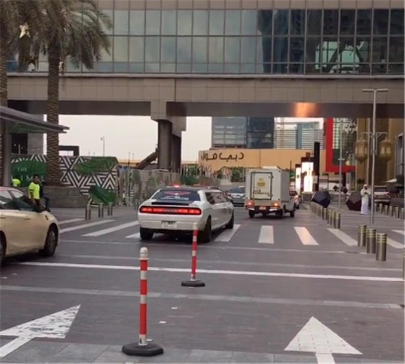 400万道奇挑战者现迪拜,排量7.2L,车长达到8米,车内堪比KTV