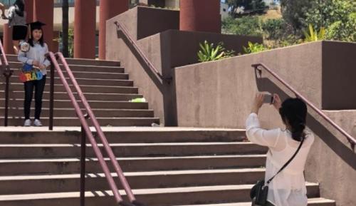 美国世界日报:毕业季来临 在美中国留学生淡定看去留