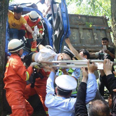 九江2货车相撞1人被困 众人合力上演生死时速极限救援