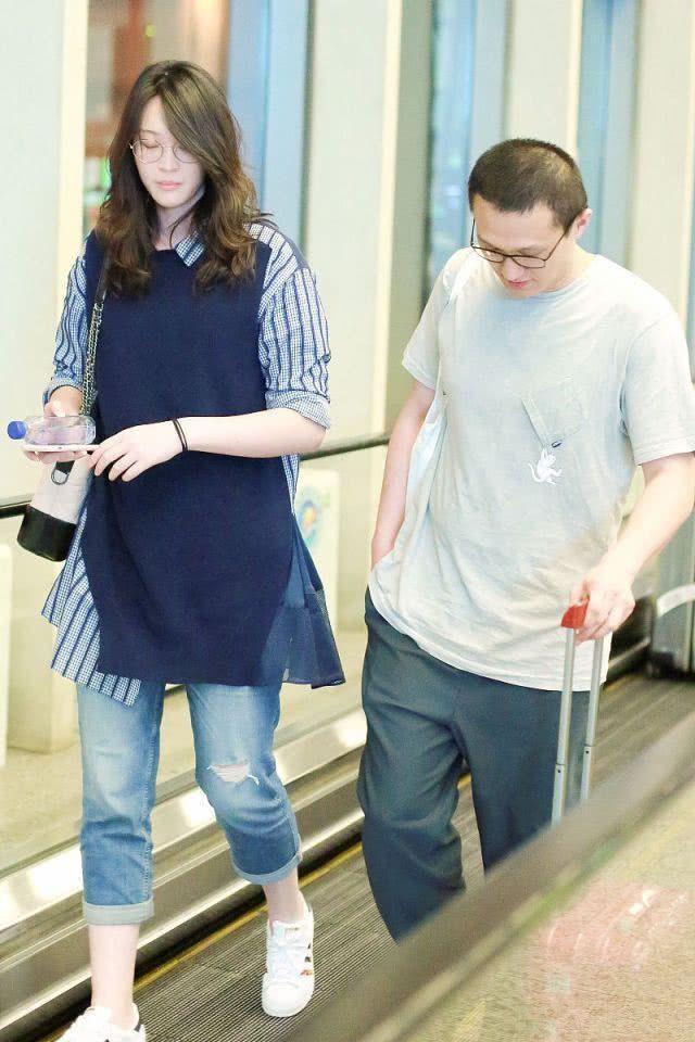惠若琪和老公都换上了夏装,惠若琪外穿拼接大码衬衫,时髦遮肉