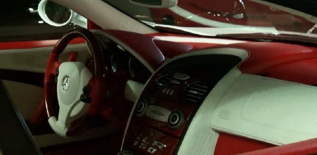酒店楼下来了一台奔驰跑车,比旁边800多万的劳斯莱斯还贵!