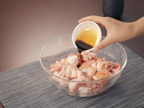 还在花钱买酱油?一碗水和黄豆,自己在家都能做,健康又卫生!