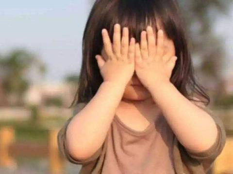 面对孩子丢钱,两位妈妈态度截然不同,十年后孩子的区别一目了然