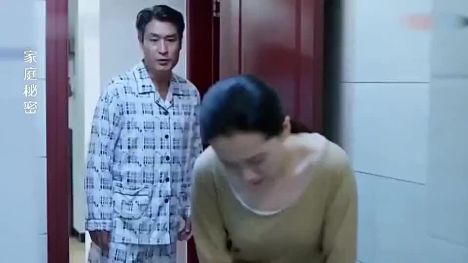 老公跟小保姆在卫生间,没想到瘫痪妻子不再瘫痪,硬扶墙走了出来