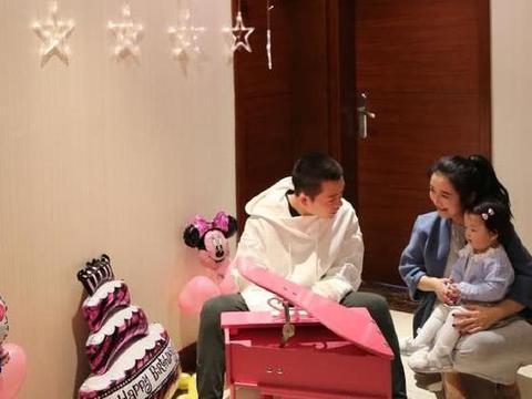 王栎鑫晒出自己家的房子,女儿有迷你版小钢琴,一家人生活很温馨