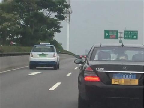 奔驰S500现东莞街头,车价210万,单单牌值120万,还是四连号