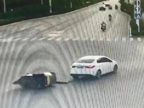 交通安全警钟长鸣:亳州一电动三轮车闯红灯瞬间被撞翻