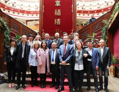法媒:巴黎市长伊达尔戈访问华埠 称赞华人融入与贡献