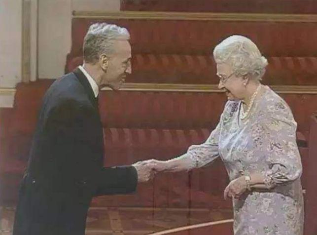 这个英国人在长城捡了22年垃圾,惊动英国女王,被授予帝国勋章!