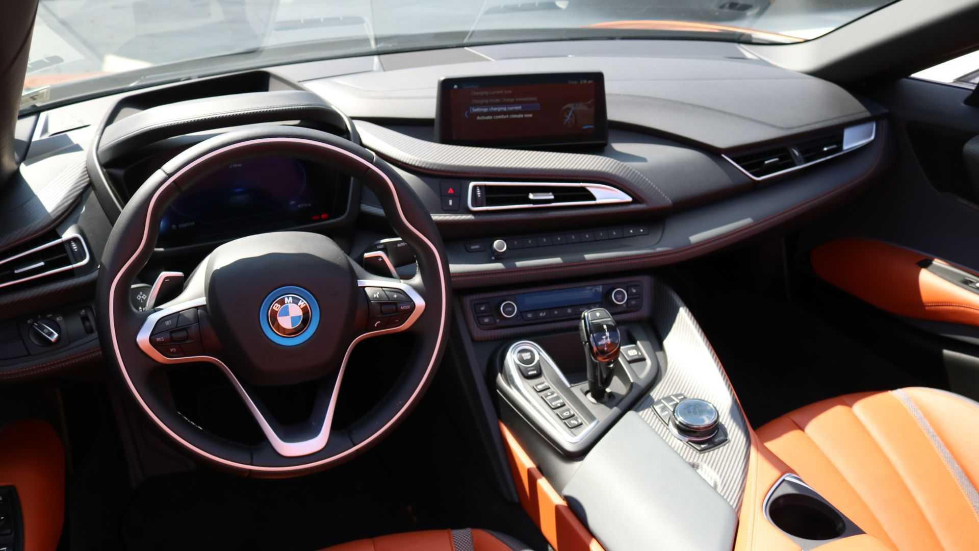 油耗是官宣3倍,三缸超370马力,比718贵120万,颜值胜R8