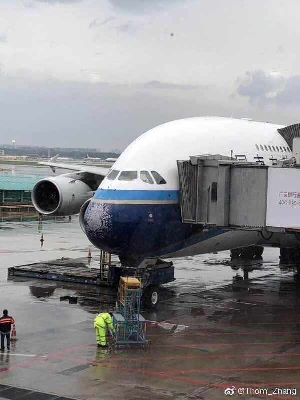 南航一架空客380客机遭遇冰雹袭击,挡风玻璃全碎