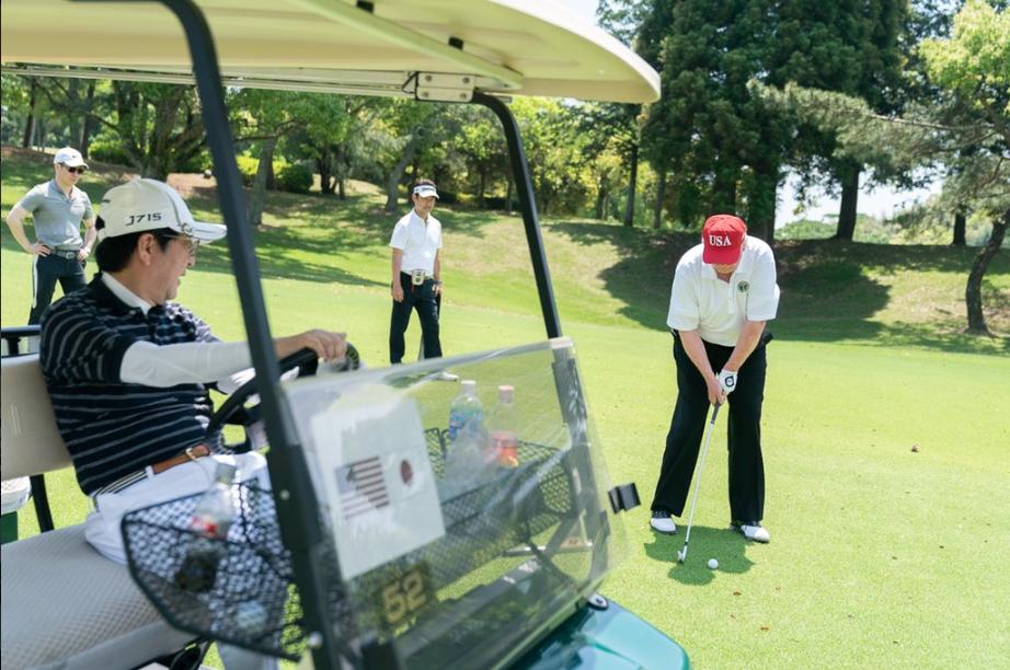 """特朗普推特晒与安倍打高尔夫照片 安倍秀两人""""超甜""""自拍"""