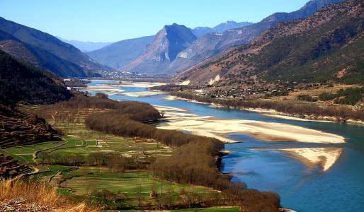 三山夹两壁之奇观,江水直接180°大转弯,就在我国长江之上