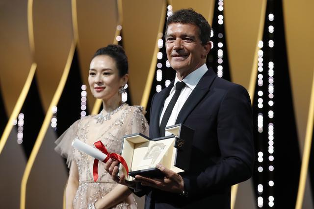 59岁西班牙男演员成为戛纳影帝,演艺生涯第一次拿奖,章子怡颁奖