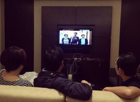 参观王祖蓝在香港的豪宅,夫妻俩生活很甜蜜,在家也要穿情侣装