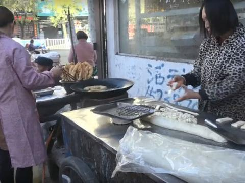 河南油条的别样吃法,用豆腐皮抹酱一卷,2元一个吃着又香又实在
