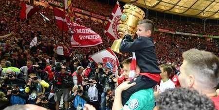 图片报:诺伊尔高举里贝里儿子欢庆德国杯胜利